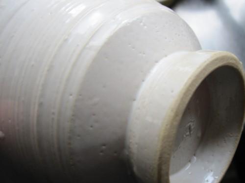 榎本合歓さんの白い器は石灰で色つけ