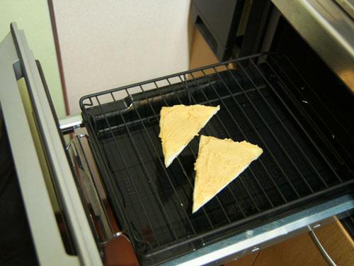 オーブンで白みそを塗った薄揚げを焼きます