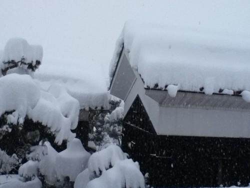 雪が降ると瓦葺の屋根は雪かきが必要