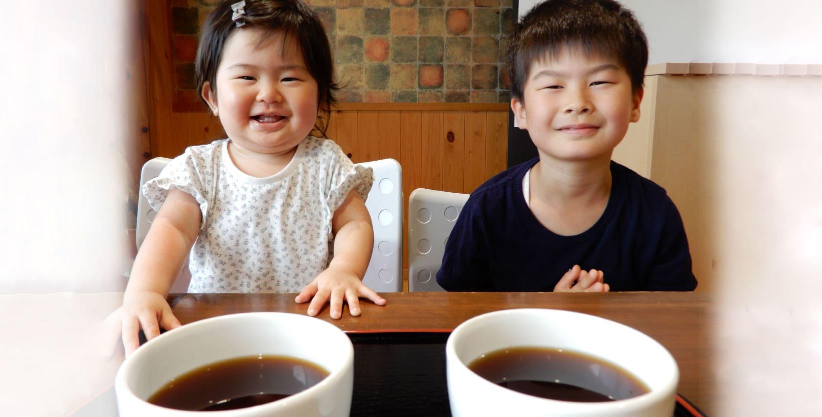 お味噌汁を食べる子供